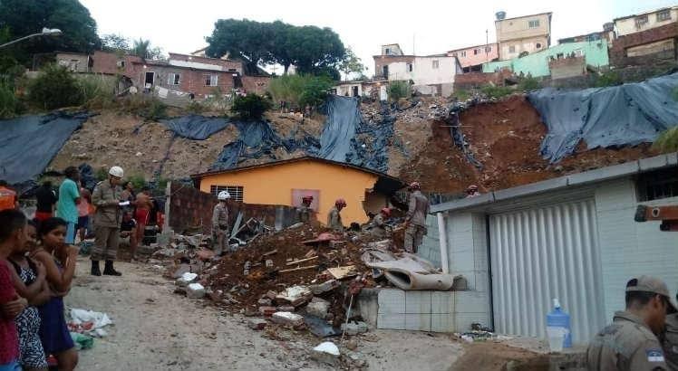 Deslizamento de barreira deixa mortos e feridos no Recife
