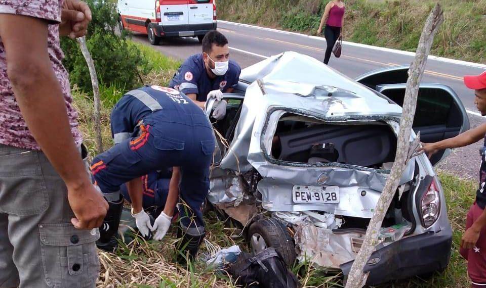 Mulher morre e outras duas pessoas ficam feridas em acidente na BR-407
