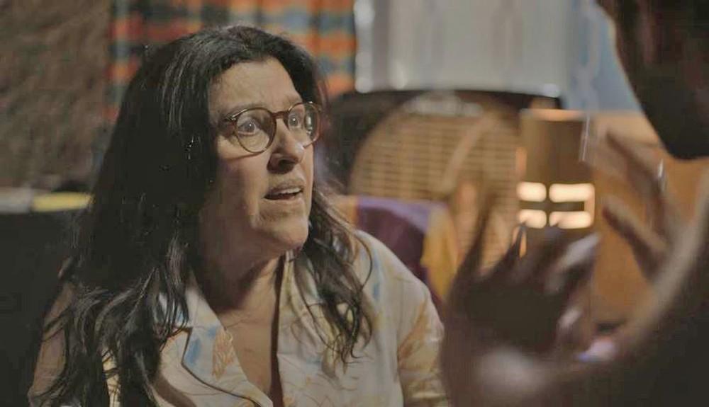 Sandro (Humberto Carrão) conta a grande novidade para Lurdes (Regina Casé) em 'Amor de Mãe' — Foto: Globo