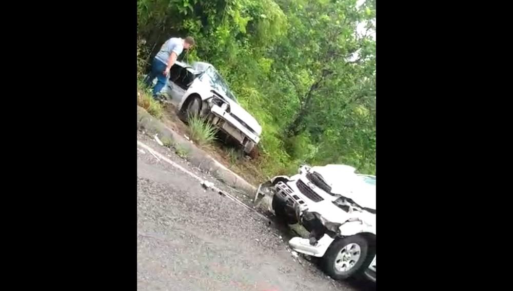 Acidente entre dois carros deixa três pessoas mortas em rodovia da Bahia — Foto: Redes Sociais