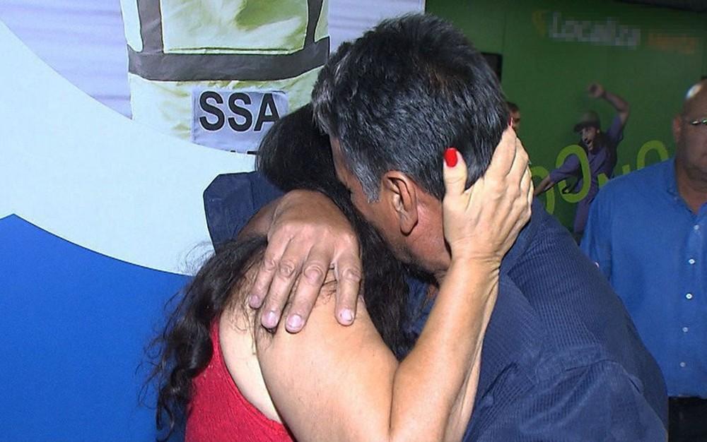 Baiana encontra noivo pela 1ª vez e se casa no aeroporto, dois meses após o conhecer na internet — Foto: Reprodução/TV Bahia