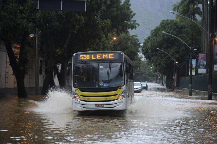 Chuvas deixaram ruas alagadas em vários pontos do Rio de Janeiro (Fernando Frazão/Agência Brasil)