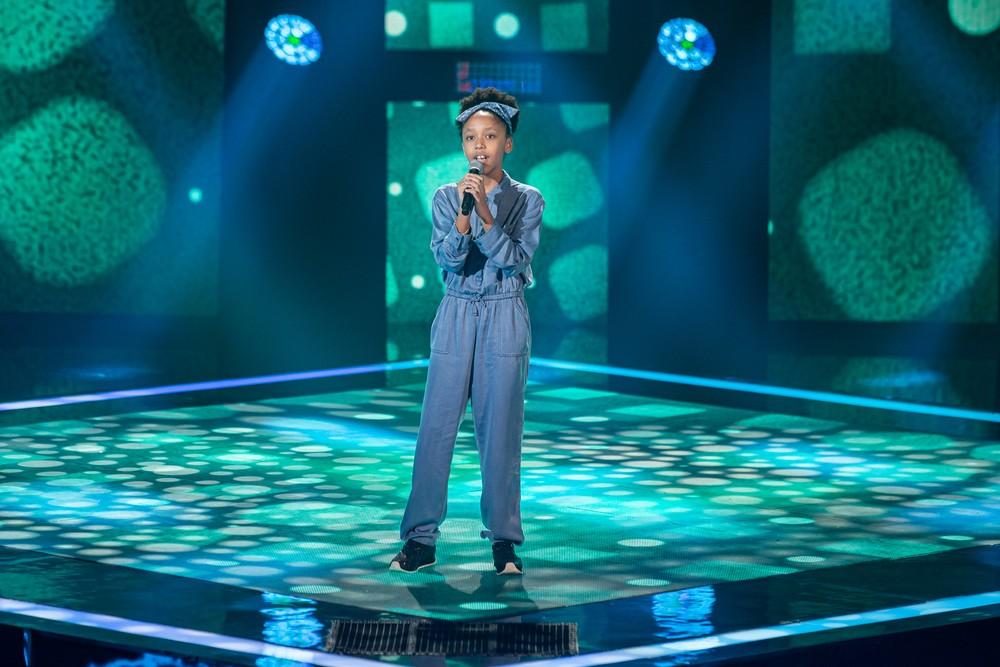 Luisa Martins, de 11 anos, abriu a segunda noite de Audições às Cegas do 'The Voice Kids' — Foto: Artur Meninea/Gshow