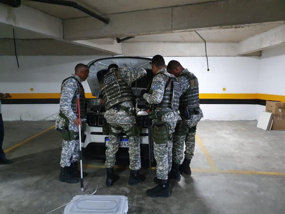 Agentes da Guarda Municipal retirando cobra achada em motor de carro em Salvador — Foto: Divulgação/GCS