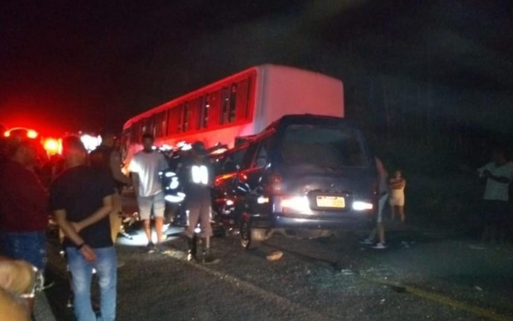 Conforme a polícia, o caso ocorreu por volta das 23h30, depois que a van bateu no fundo do ônibus. — Foto: Redes Sociais