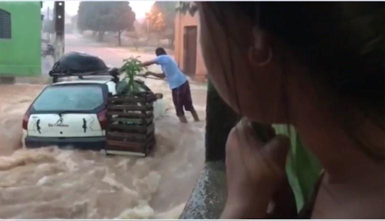 Moradores amarram carro para não ser levado por forte chuva
