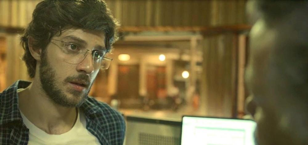 Danilo (Chay Suede) em cena de Amor de Mãe; cozinheiro fará investigação após ver anotações suspeitas