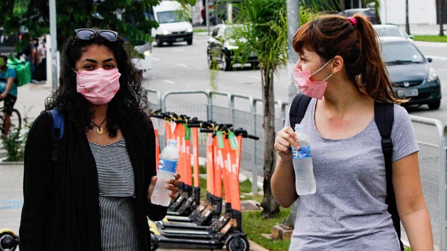 17032020 pedestres utilizando mascaras de protecao ao coronavirus na regiao da estacao do brooklin do metro em sao paulo sp