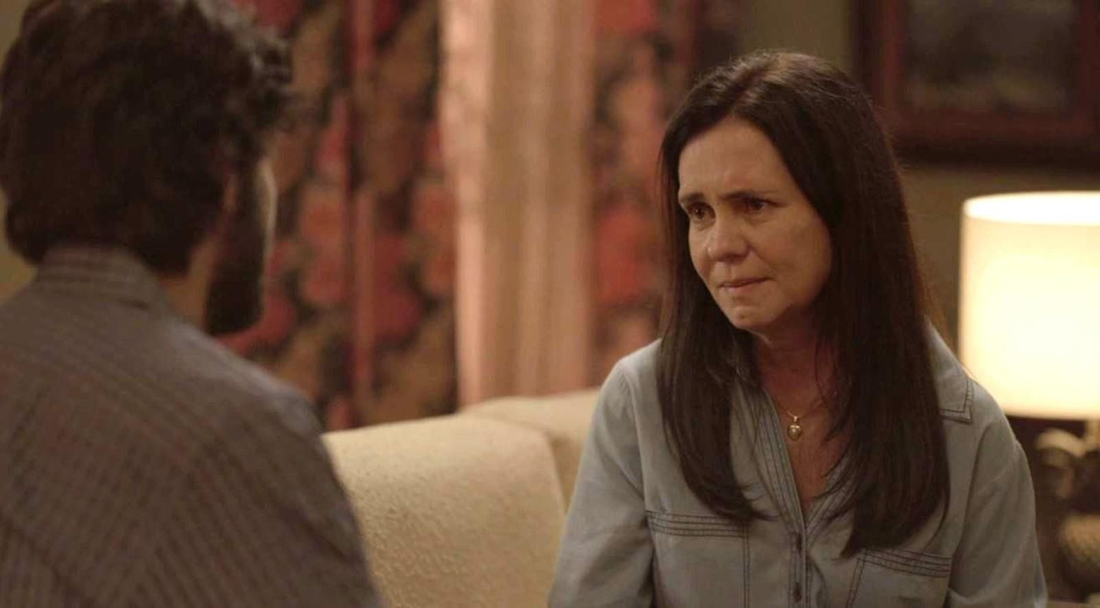 Thelma (Adriana Esteves) diz para Danilo (Chay Suede) que ele é adotado em 'Amor de Mãe' — Foto: Globo