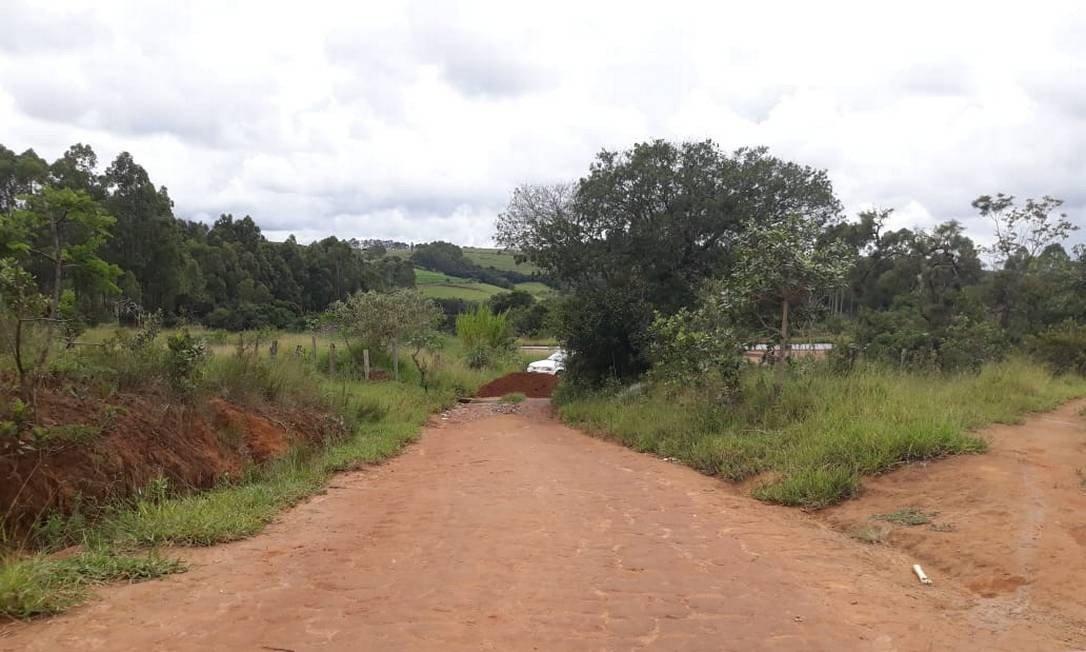 Estradas de terra foram bloqueadas com terra em diferentes acessos da cidade Foto: Divulgação