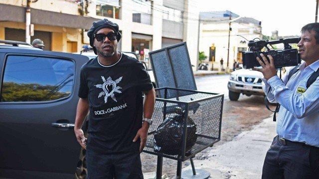 Ronaldinho Gaúcho chega para depor na polícia do Paraguai sobre os documentos falsos Foto: NORBERTO DUARTE / AFP