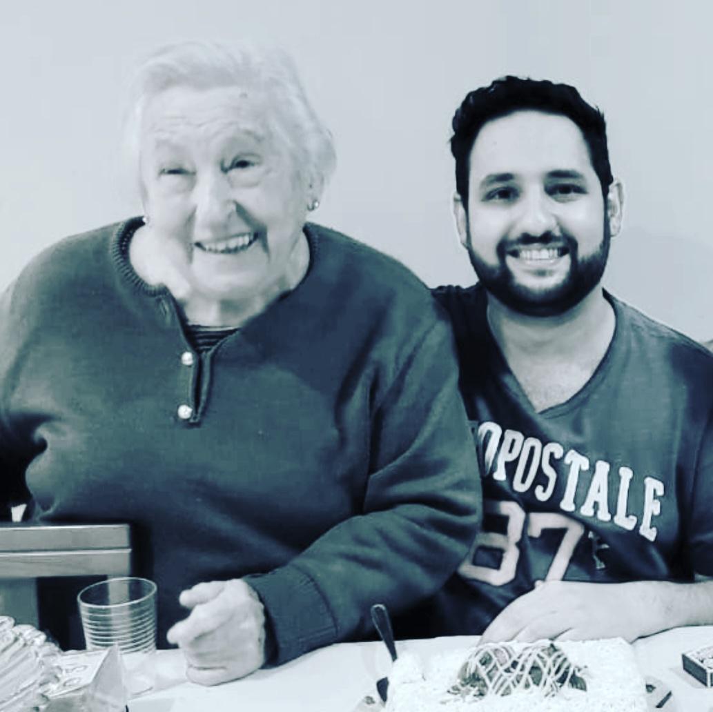 Douglas e a avó Iracema, na imagem que ele escolheu para postar nas redes sociais quando ela morreu. Não houve velório, nem despedida (Foto: Arquivo pessoal/UOL VivaBem)
