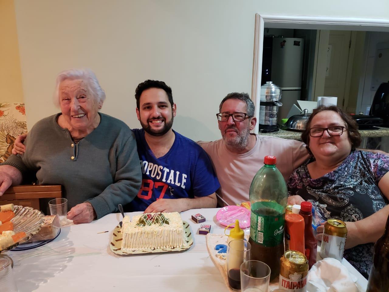 A família reunida em dia de festa. Douglas com a avó Iracema, o pai Claudinei e a mãe Rita de Cássia. As duas morreram por complicações decorrentes da infecção pelo coronavírus (Foto: Arquivo pessoal/UOL VivaBem)