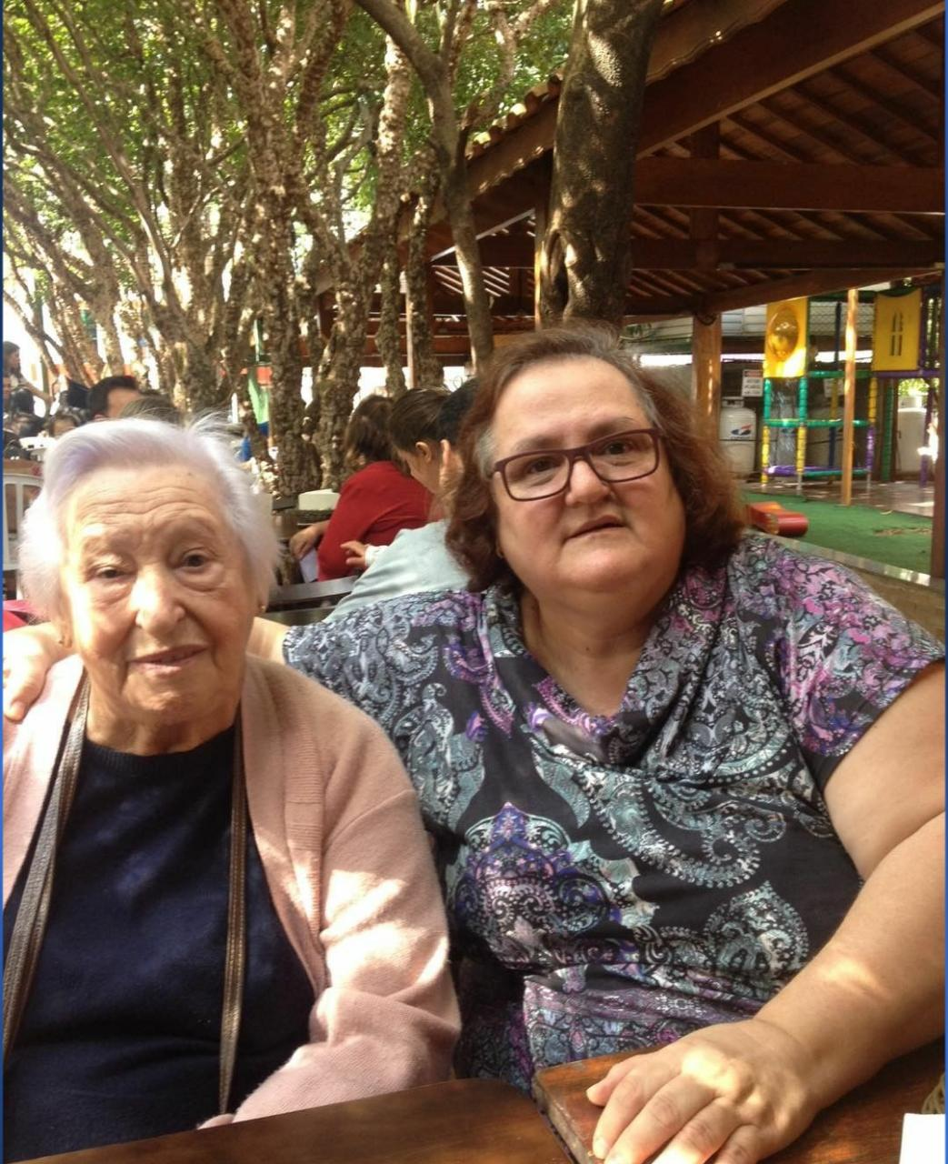 Iracema, 85 anos, e a filha Rita de Cássia. Aos 55 anos, Rita foi a primeira a apresentar sintomas da infecção pelo coronavírus. Ela morreu três dias depois da mãe (Foto: Arquivo pessoal/UOL VivaBem)