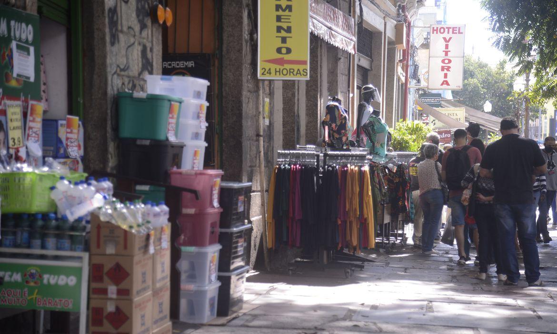 rio tem primeiro dia util de reabertura do comercio de rua2906200456