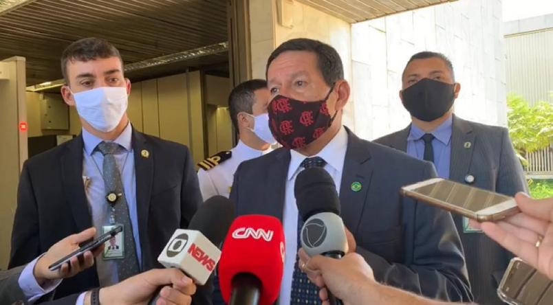 o vice presidente hamilton mourao usa mascara ao falar a imprensa em brasilia