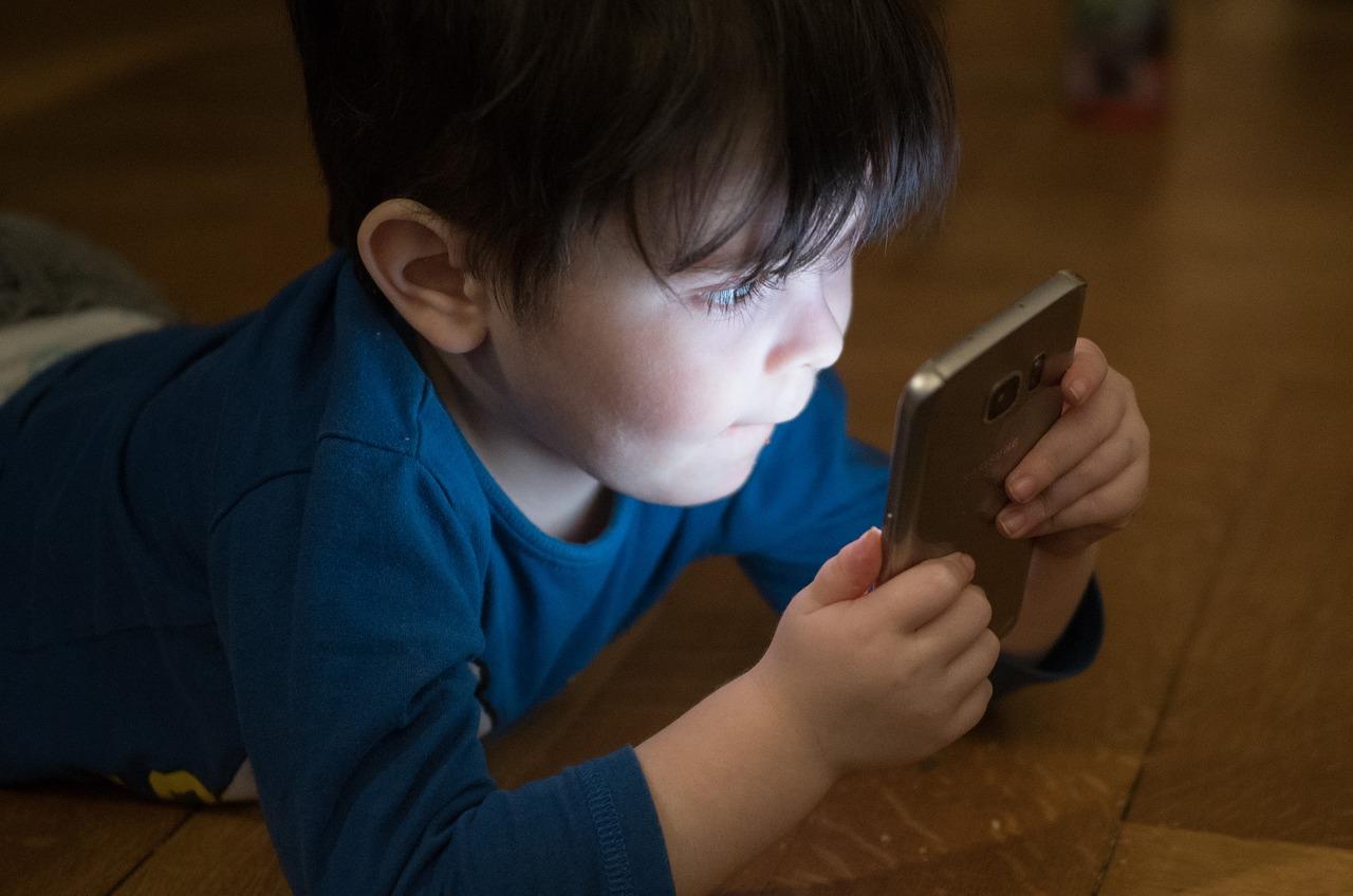 Crianças expostas a telas