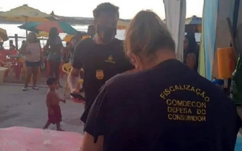 Em ilhéus, fiscalização interrompeu festas em praias — Foto: Reprodução/TV Bahia