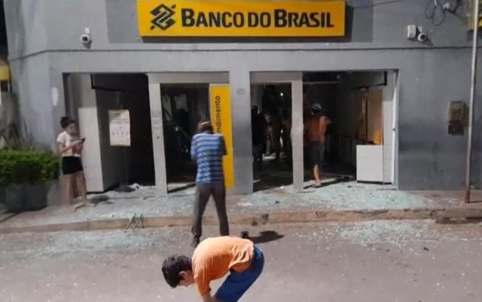 Agência bancária é atacada em Coronel João Sá — Foto: Reprodução/TV Bahia