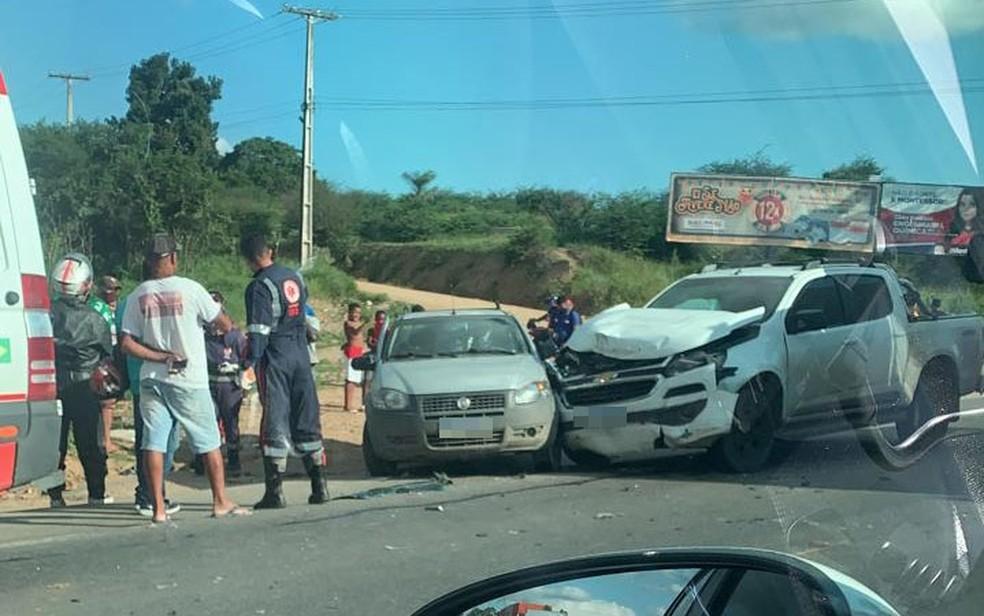 Homem morre após batida entre duas caminhonetes na BA-494, no Recôncavo Baiano — Foto: Reprodução/Voz da Bahia