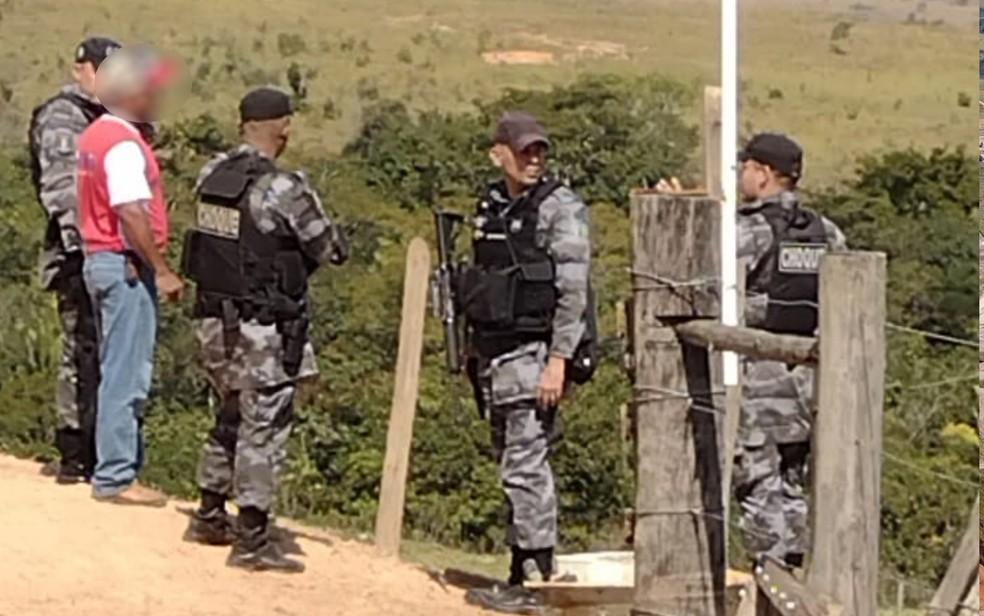 Morador conta à policiais que viu Lázaro Barbosa escondido em gruta de Águas Lindas de Goiás — Foto: Danilo Moreira/TV Anhanguera