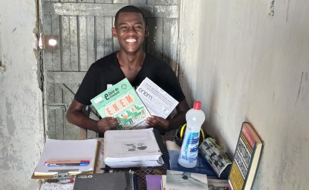 Matheus de Araujo Moreira Silva, de 25 anos, moradores de Feira de Santana, na Bahia, tirou 980 na redação do Enem 2020 — Foto: Arquivo pessoal