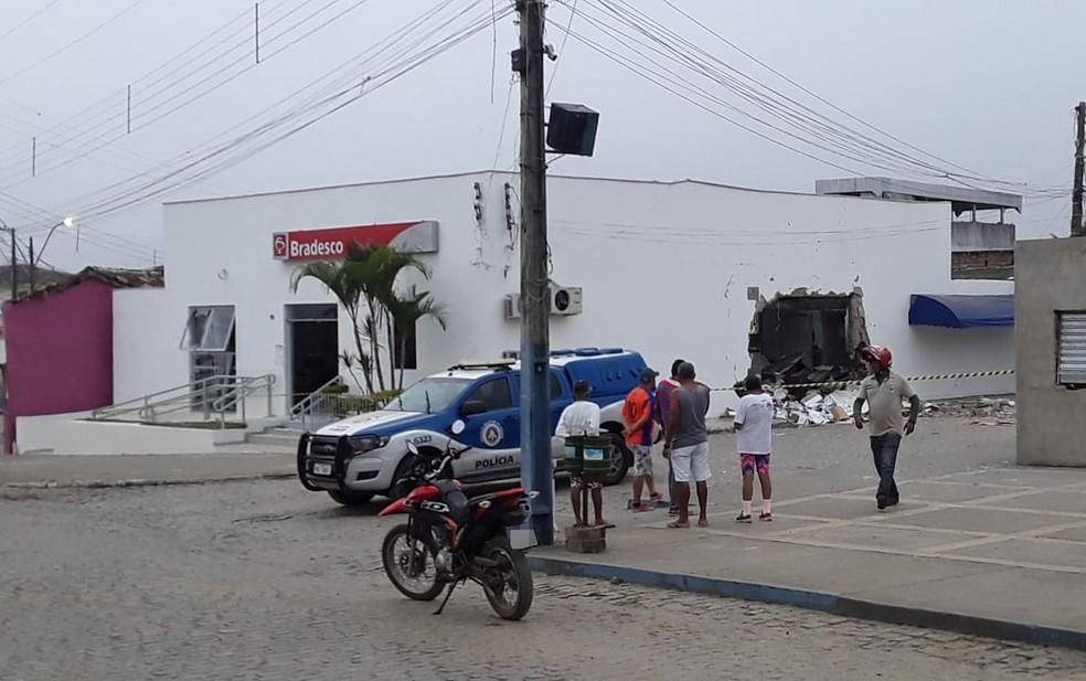 Agência bancária é explodida em Santa Cruz da Vitória — Foto: Reprodução/Redes sociais